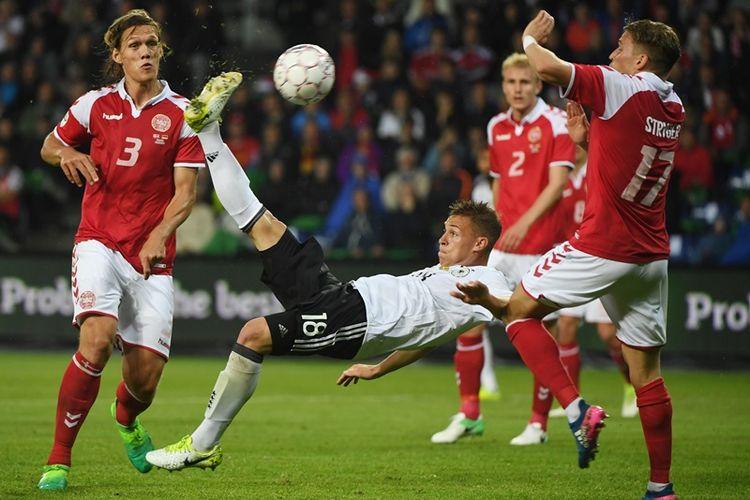 Bek Timnas Jerman, Joshua Kimmich, melakukan tendangan salto untuk mencetak gol ke gawang Jerman dalam pertandingan persahabatan di Brondby, Denmark, 6 Juni 2017. Tampak pemain Denmark, Jannik Vestergaard (kiri) dan Jens Stryger Larsen (kanan), berusaha menghalanginya. Duel berakhir imbang 1-1.