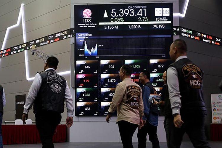Pengunjung melihat layar pergerakan Indeks Harga Saham Gabungan (IHSG) di Bursa Efek Indonesia, Jakarta, Senin (13/3/2017).