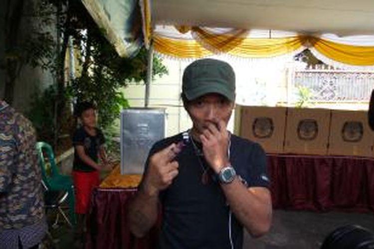Vokalis Slank, Kaka usai memberikan hak pilihnya, di TPS 15, Duren Tiga, Pancoran, Jakarta Selatan, Rabu (9/7/2014)