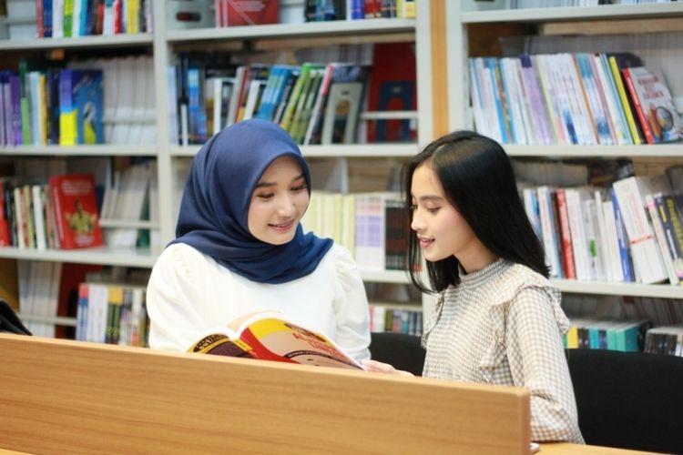 Dua mahasiswi Universitas BSI yang sedang belajar.