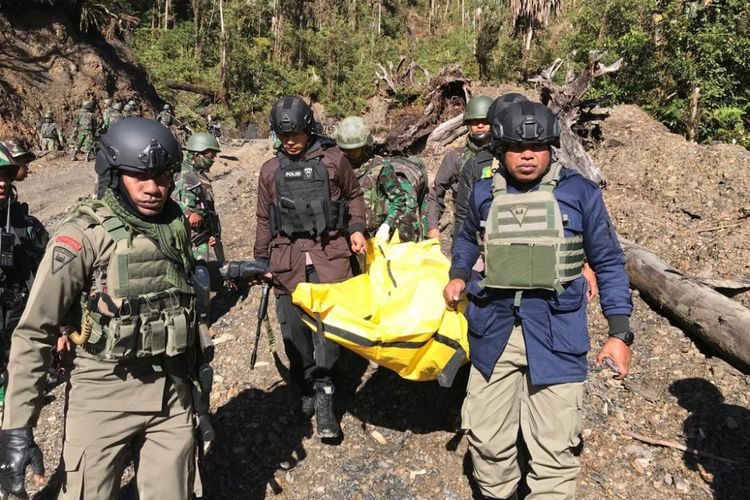 Proses evakuasi jenazah di Puncak Kabo, Distrik Yigi, Kabupaten Nduga lokasi penembakan yang dilakukan kelompok KKB
