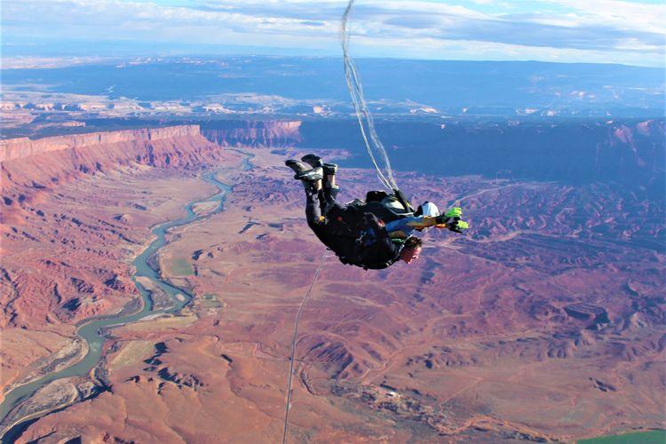 Tamu yang menginap Sorrel River Ranch Resort and Spa, Utah, Amerika Serikat, akan diajak terjun payung terlebih dahulu sebelum check-in.