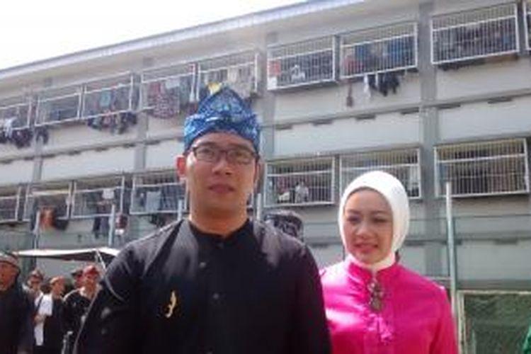 Wali Kota Bandung, Ridwan Kamil, bersama istrinya, Atalia Kamil, mengunjungi TPS di Rutan Kebonwaru, Kota Bandung, Rabu (9/7/2014).