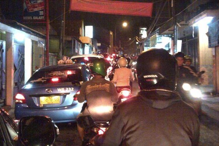 Suasana di gang Dolly, saat malam terakhir, sebelum jadi ditutup oleh Pemkot Surabaya, Selasa (17/6/2014).