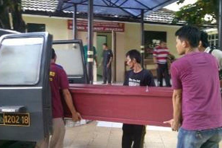 Jenazah Dimas saat dimasukkan ke dalam mobil di RS Polri Kramat Jati, Sabtu (26/4/2014).