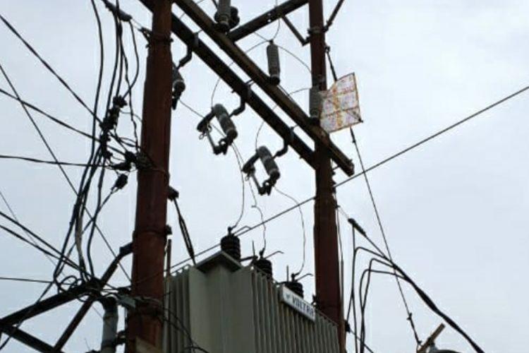 Ilustrasi layangan tersangkut di salah satu gardu jaringan listrik.