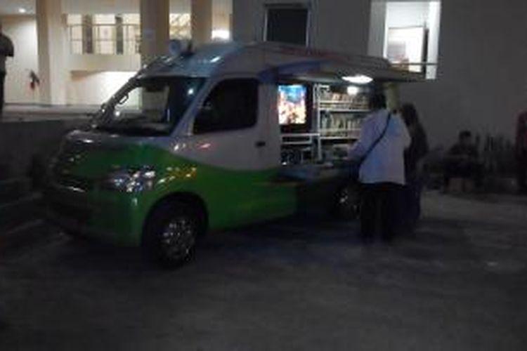 Mobil perpustakaan keliling 3 in 1 akan disiagakan selama beberapa hari ke depan di rusunawa Jatinegara, mulai Minggu (23/8/2015) malam.