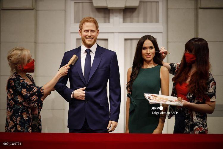Para seniman memberikan sentuhan akhir pada patung lilin Pangeran Harry dan Meghan Markle ketika Museum Madame Tussauds di Inggris bersiap untuk membuka kembali pintunya untuk umum pada 30 Juli 2020 menyusul pelonggaran pembatasan terkait virus corona di Inggris.