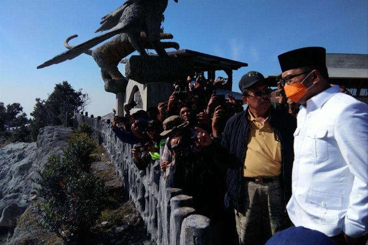 Gubernur Jawa Barat Ridwan Kamil bersama Direktur Utama PT Graha Rani Putra Persada saat meninjau kondisi Taman Wisata Alam Tangkuban Parahu pascaerupsi, Senin (29/7/2019).
