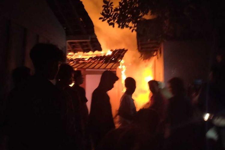 Seorang Nenek di Tuban, Jawa Timur, tewas saat rumahnya kebakaran pada tengah malam.