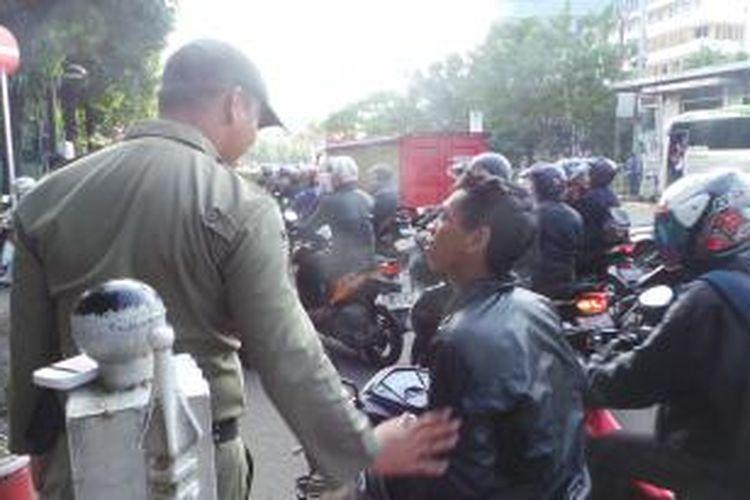 Pengendara yang terdampak pengalihan arus di Jalan Gatot Soebroto bertanya ke petugas di Jalan Rasuna Said. Sebagian pengendara bingung karena penutupan jalan. Rabu (22/4/2015)
