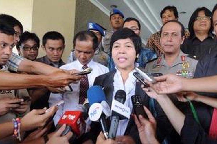 Anggota Komisi Nasional Hak Asasi Manusia Siti Noor Laila (tengah).