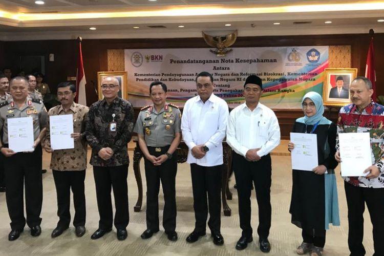 Menteri Pendayagunaan Aparatur Negara dan Reformasi Birokrasi Syafruddin usai menandatangani nota kesepahaman dengan Polri di Jakarta, Jumat (28/9/2018).