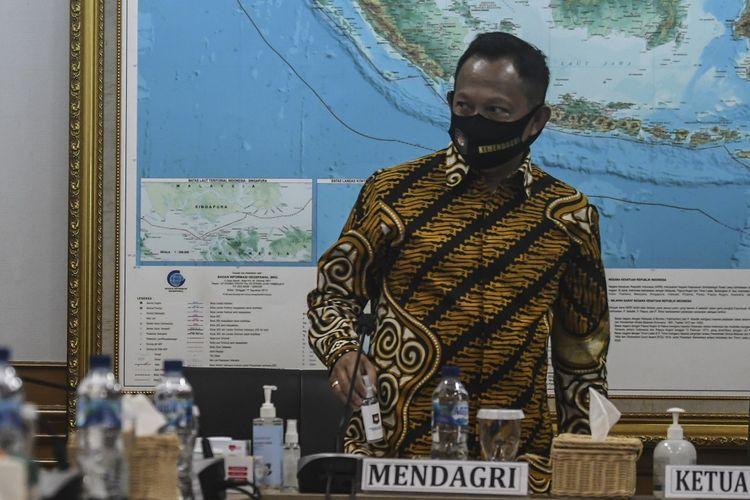 Mendagri Tito Karnavian menghadiri pertemuan dengan KPU di kantor KPU Pusat, Jakarta, Kamis (30/7/2020). Pertemuan tersebut membahas mengenai pelaksanaan pemilihan kepala daerah serentak yang akan diselenggarakan pada Desember 2020. ANTARA FOTO/Muhammad Adimaja/aww.