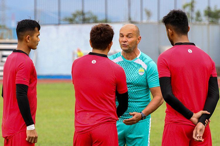Pelatih kiper Persib, Luizinho Passos (biru) tengah memberikan instruksi kepada tiga penjaga gawang Persib Dhika Bhayangkara (kiri), I Made Wirawan (tengah), dan M Aqil Savik (kanan), dalam sesi latihan Persib di Stadion Arcamanik, Kota Bandung.