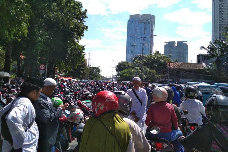 Kondisi arus lalu lintas di sekitar Tempat Pemakaman Umum (TPU) Karet Bivak, Jalan KH Mas Mansyur, Tanah Abang, Jakarta Pusat, Minggu (25/6/2017) siang.