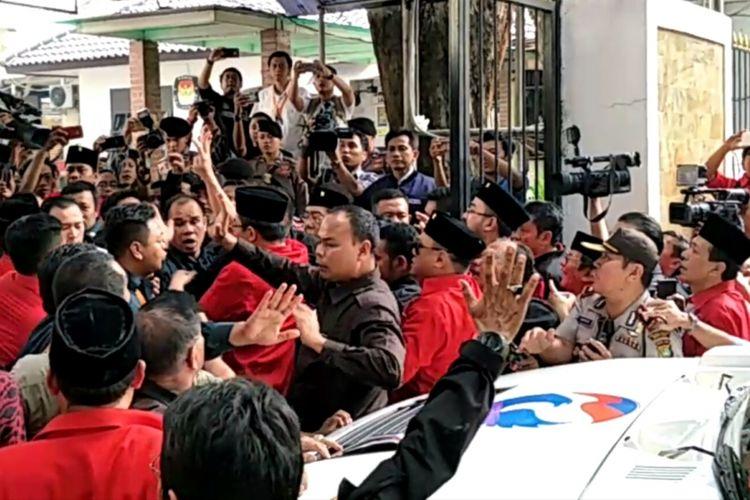 Kericuhan di gerbang masuk Kantor KPU, Jakarta, Selasa (17/7/2018).