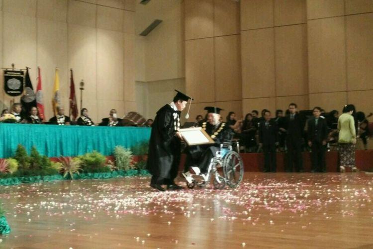 Seniman I Gusti Ngurah Putu Wijaya mendapatkan anugerah doctor Honoris Causa (HC) bidang teater dari Institut Seni Indonesia (ISI) Yogyakarta