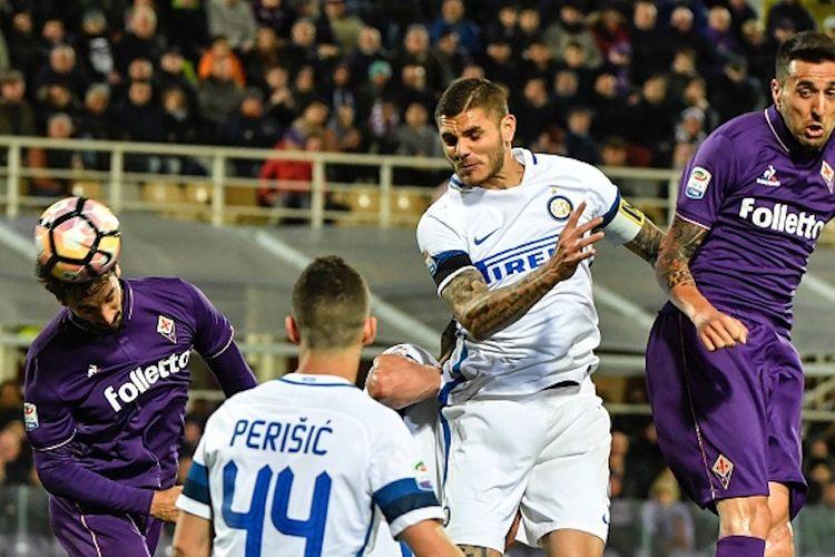 Bek Fiorentina, David Astori, mengungguli penyerang Inter Milan, Mauro Icardi, dalam perebutan bola di udara pada pertandingan Serie A di Stadion Artemio Franchi, Sabtu (22/4/2017).