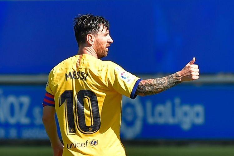 Mega bintang Barcelona, Lionel Messi, merayakan gol ke gawang Deportivo Alaves pada laga lanjutan Liga Spanyol di Stadion Mendizorroza, Vitoria, pada 19 Juli 2020.