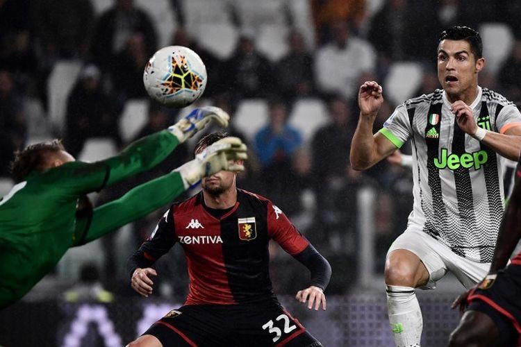 Ionut Radu gagalkan usaha Cristiano Ronaldo pada pertandingan Juventus vs Genoa dalam lanjutan Serie A Liga Italia di Stadion Allianz, 30 Oktober 2019.