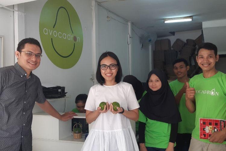 Karlina bersama suami Syahron dan para pegawai toko berjualan alpukat Avocadron di kios B23, Apartemen Menara Latumenten, Jelambar, Jakarta Barat, Kamis (12/9/2019)