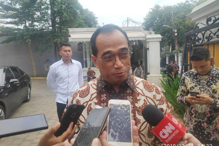 Menteri Perhubungan Republik Indonesia Budi Karya Sumadi  di Kediaman Menkominfo Jalan Bango I, Pondok Labu, Cilandak, Jakarta Selatan, Rabu (25/12/2019).