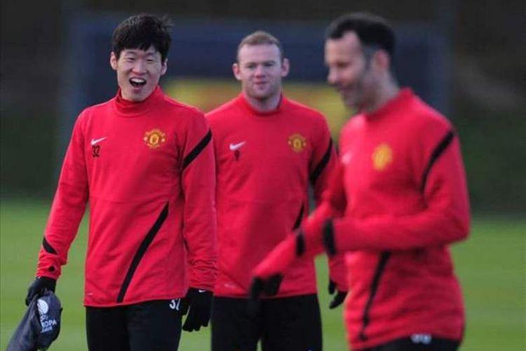 Parki Ji-sung (kiri) dan dua legenda Manchester United, Wayne Rooney dan Ryan Giggs.