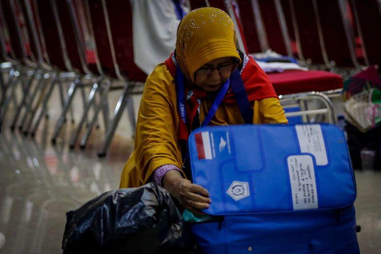 Calon jemaah haji Kelompok Terbang (Kloter) 6 mengemas barang bawaan di Asrama Haji Pondok Gede, Jakarta, Rabu (18/7/2018). Sebanyak 24.524 calon jemaah haji dan 315 petugas akan diberangkatkan dari Asrama Haji embarkasi Jakarta.