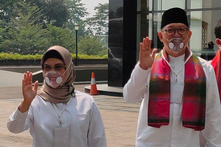 Siti Nurazizah (kiri) dan Ruhamaben saat mendatangi lokasi pengundian nomor urut pasangan calon Pilkada Tangerang Selatan 2020 di Serpong, Tangerang Selatan, Kamis (24/9/2020)