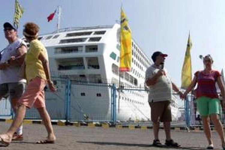 Sejumlah wisatawan asing tiba di Tanjung Emas Semarang dengan menggunakan kapal pesiar MV Sea Princes, Senin (11/8/2014). Sebanyak 1900 wisatawan asing dari Singapura melakukan perjalanan ke Indonesia meliputi Lombok, Makassar, Semarang, dan Bali.