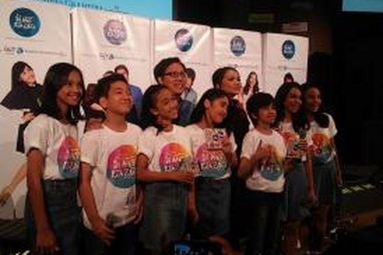 Erwin Gutawa, Gita Gutawa, dan tujuh anak DARR generasi kedua berfoto dalam acara peluncuran album Di Atas Rata Rata 2 di Galeri Indonesia Kaya, Jakarta Pusat, Selasa (29/9/2015) malam.