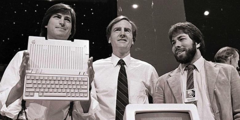 John Sculley (tengah) diapit oleh dua pendiri Apple, Steve Jobs dan Steve Wozniak