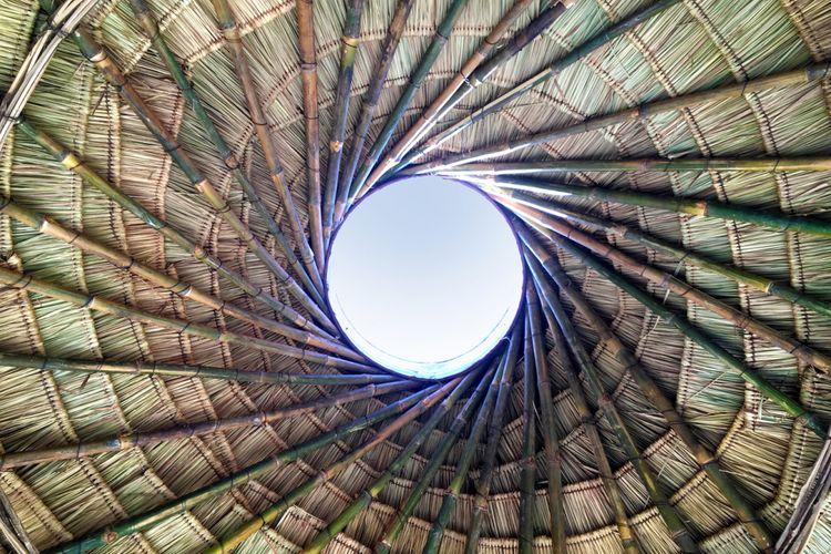 Atap dirancang dari anyaman rumput dengan struktur yang terbuat dari bambu.