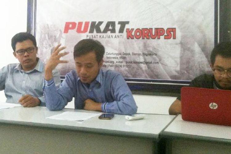 Peneliti Pusat Kajian Anti (PUKAT) Korupsi UGM, Zaenur Rohman (tengah) saat menyampaikan keterangan pers terkait rencana pemerintah merevisi merevisi Peraturan Pemerintah (PP) nomer 99 tahun 2012 tentang Syarat dan tata cara pelaksanaan hak warga binaan Permasyarakatan.
