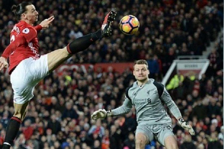 Aksi striker Manchester United, Zlatan Ibrahimovic, saat mencoba menjebol gawang Liverpool yang dijaga SImon Mignolet pada laga Premier League di Old Trafford, Minggu (15/1/2017).