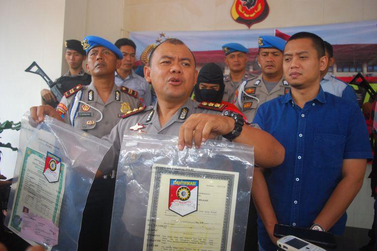 Kepala Polres Bogor Ajun Komisaris Besar AM Dicky menunjukkan sejumlah ijazah palsu di Mapolsek Bogor, Selasa (16/1/2018).