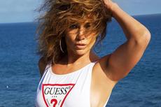 Jennifer Lopez Tampil Seksi dengan Baju Renang Guess