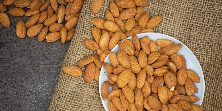 Almond memiliki asam amino tirosin yang bisa menaikan mood,