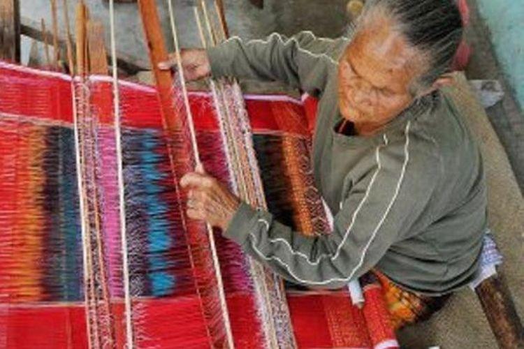 Perajin tenun ulos tradisional di Samosir, Sumatera Utara.