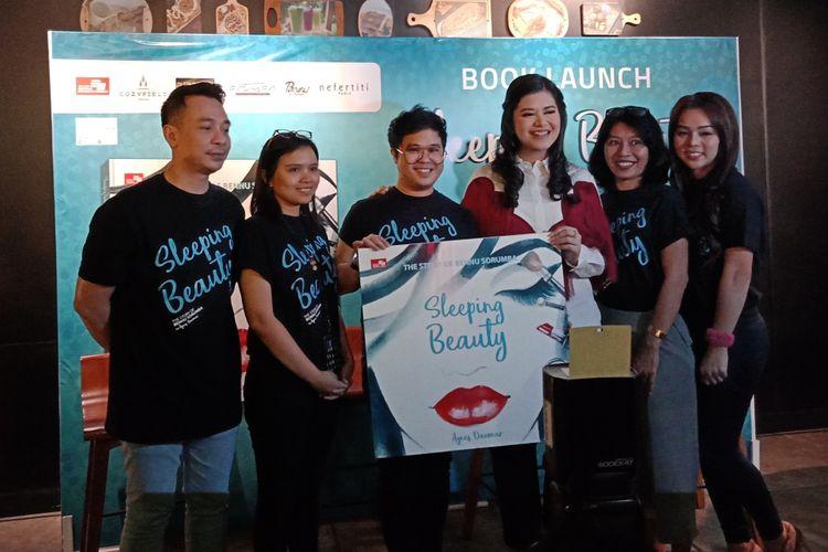 Makeup artist ternama, Bennu Sorumba (ketiga dari kiri) bersama pihak-pihak di balik kesuksesan penerbitan buku biografinya, Sleeping Beauty di Cozyfield Gramedia Pondok Indah Mall, Jakarta Selatan, Senin (5/3/2018).