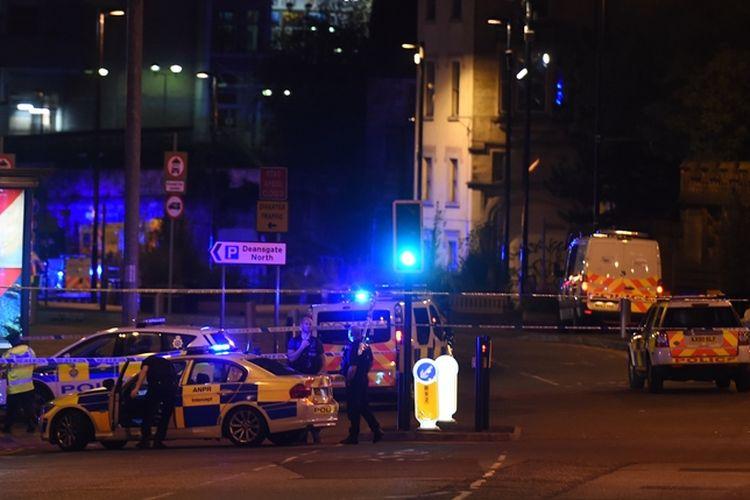 Unit-unit mobil polisi dan ambulans dikerahkan menuju Manchester Arena tempat ledakan terjadi bertepatan dengan konser Ariana Grande, Senin (22/5/2017) malam.