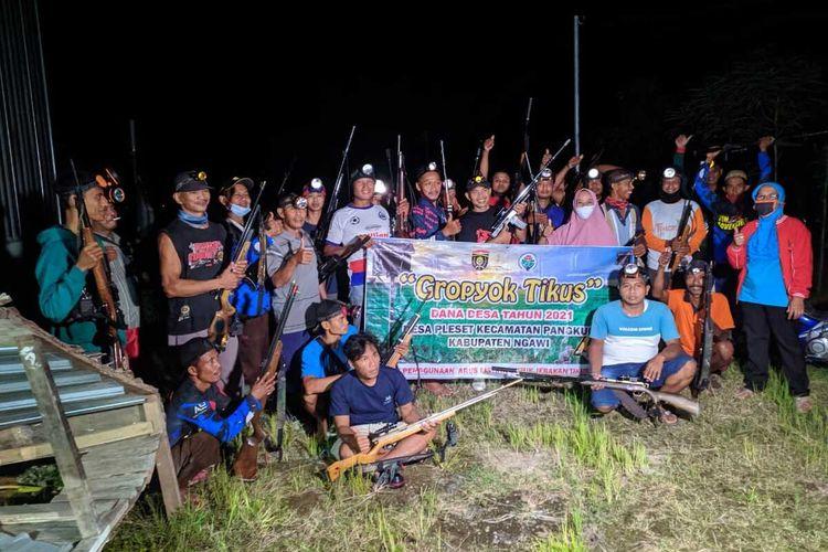 Petani di Desa Pleset Kabupaten Ngawi memilih menggunakan senapan angina untuk membasmi hama tikus di desanya. Dalam semalam satu orang bisa membunuh 20 sampai 100 tikus.