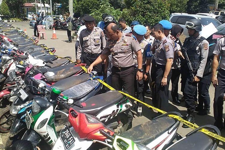 Polisi mengamankan puluhan unit sepeda motor milik para pelaku pelemparan terhadap bus suporter klub sepak bola Arema Malang, di Mapolres Bogor, Senin (13/3/2017).