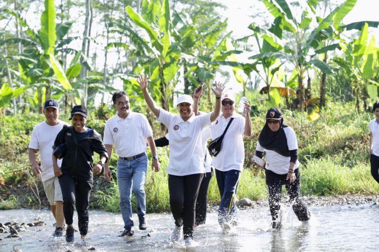 Menteri BUMN Rini Soemarno saat lari di lokasi wisata Doesoen Kakao, Kecamatan Glenmore, Banyuwangi, Jawa Timur, Sabtu (16/2/2019).