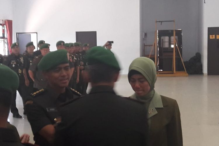 Kolonel Kav Hendi Suhendi dan istrinya seusai serah terima jabatan di Aula Sudirman Markas Korem di Kendari, Sulawesi Tenggara, Sabtu (12/10/2019).