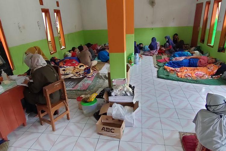 Warga Kampung Cilimus, Desa Sukasenang, Kecamatan Tanjungjaya, Kabupaten Tasikmalaya, masih mendapatkan perawatan seadanya di ruang darurat madrasah akibat keracunan massal hidangan pesta ulang tahun, Selasa (17/11/2020).