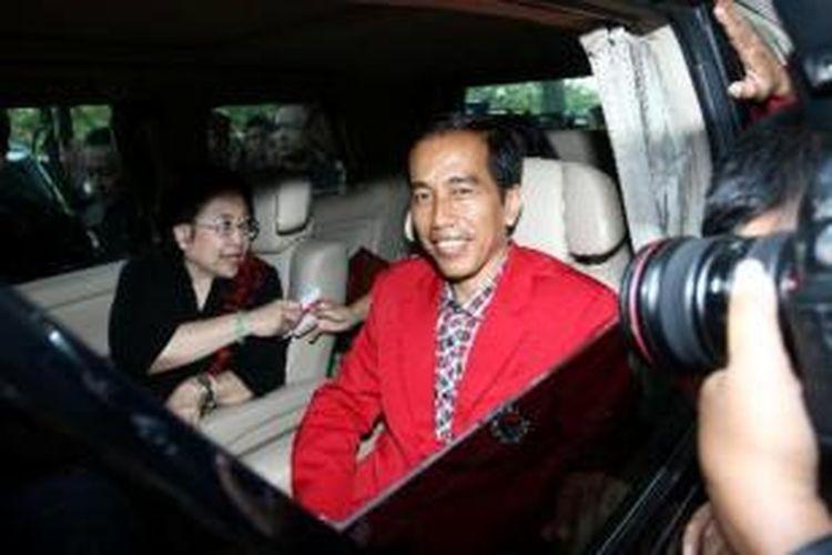 Ketua Umum Partai Demokrasi Indonesia Perjuangan Megawati Soekarnoputri (kiri) berada satu mobil dengan Gubernur DKI Jakarta Joko Widodo (kanan) usai penutupan Rakernas III PDIP di Ancol, Jakarta, Minggu (8/9/2013). Jokowi yang merupakan kader PDI Perjuangan tersebuyt digadang-gadang akan menjadi calon presiden dari PDI Perjuangan dalam pilpres 2014 mendatang.