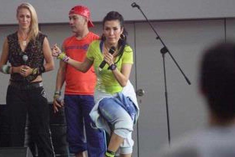 Liza Natalia (nomor tiga dari kiri) memeragakan gerakan olah raga kebugaran zumba pada acara bincang-bincang bertema Zumba Party di taman Mal Gandaria City, Jakarta Selatan, Sabtu (9/3/2013).