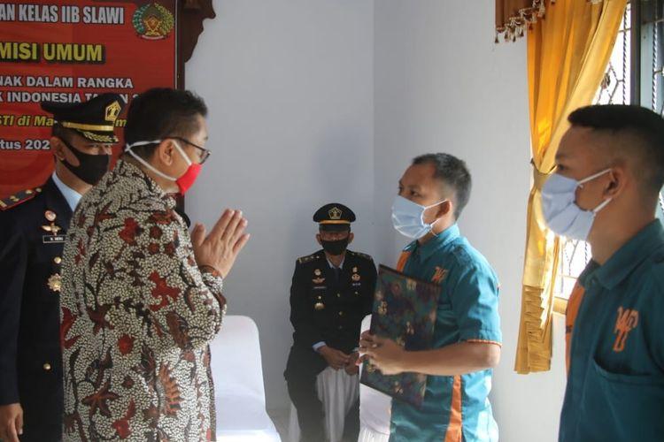 Sekda Kabupaten Tegal Widodo Joko Mulyono menyerahkan SK Remisi 17 Agustus kepada warga binaan Lapas Kelas IIB Slawi, Kabupaten Tegal, Selasa (18/8/2020) (Dok: Humas Pemkab Tegal)